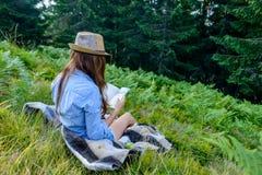 Lectura del estudiante al aire libre Fotos de archivo