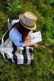Lectura del estudiante al aire libre Foto de archivo libre de regalías