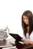 Lectura del estudiante de mujer y libro que estudia Imágenes de archivo libres de regalías