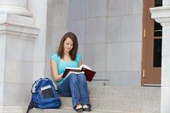 Lectura del estudiante en pasos de progresión Fotografía de archivo libre de regalías