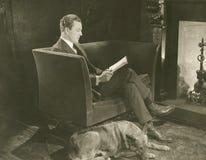 Lectura del hogar imagen de archivo