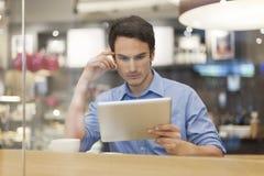 Lectura del hombre algo en la tableta fotos de archivo libres de regalías