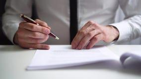 Lectura del hombre de negocios y contrato de sociedad de firma del negocio metrajes