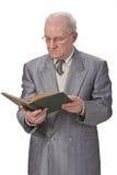 Lectura del hombre mayor Imágenes de archivo libres de regalías