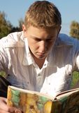 Lectura del libro Fotos de archivo