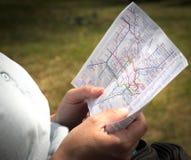 Lectura del mapa del tubo de Londres Fotografía de archivo