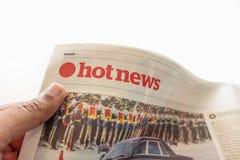 Lectura del mensaje del periódico de las noticias calientes Fotos de archivo libres de regalías