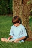 Lectura del muchacho Imagen de archivo