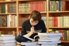 Lectura del muchacho fotografía de archivo libre de regalías