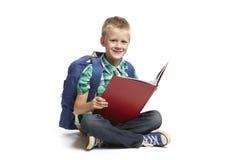 Lectura del muchacho de escuela Imagen de archivo libre de regalías