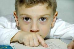 Lectura del niño Imagen de archivo libre de regalías