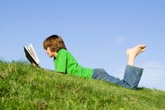 Lectura del niño Foto de archivo libre de regalías