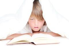 Lectura del niño en cama Imagen de archivo