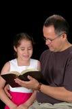 Lectura del padre y de la hija Imagen de archivo libre de regalías