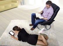 Lectura del padre y de la hija en una sala de estar Fotografía de archivo