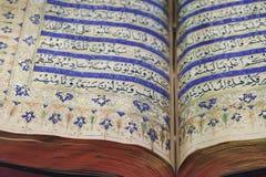Lectura del Quran santo antiguo Foto de archivo