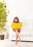 Lectura elegante de la muchacha Imágenes de archivo libres de regalías