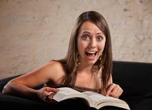 Lectura emocionada de la mujer Foto de archivo libre de regalías