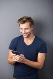 Lectura emocionada del hombre SMS en su móvil fotografía de archivo libre de regalías
