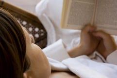 Lectura en el balneario Fotografía de archivo