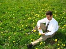 Lectura en el prado Foto de archivo libre de regalías