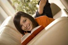 Lectura en el sofá Foto de archivo libre de regalías