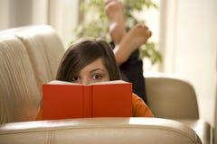 Lectura en el sofá Fotos de archivo libres de regalías