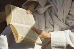 Lectura en el spa3 Imagen de archivo libre de regalías