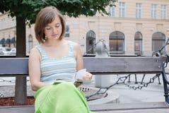 Lectura en la calle Foto de archivo libre de regalías