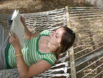 Lectura en la hamaca Foto de archivo