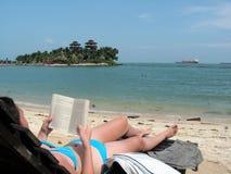 Lectura en la playa Fotos de archivo libres de regalías