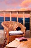 Lectura en la puesta del sol Imagenes de archivo