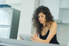 Lectura en la tableta digital imágenes de archivo libres de regalías
