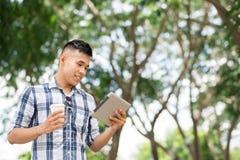 Lectura en la tableta digital Fotografía de archivo libre de regalías