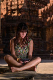 Lectura en su lector del ebook, Bagan, Myanmar de la mujer Imagenes de archivo