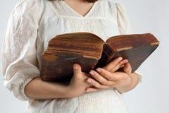 Lectura en una biblia antigua Fotografía de archivo libre de regalías