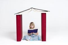 Lectura en una casa del libro Fotos de archivo
