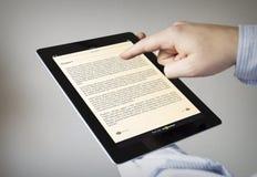 Lectura en una tableta imágenes de archivo libres de regalías