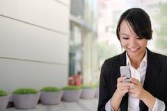 Lectura feliz SMS de la mujer de negocios Fotografía de archivo libre de regalías