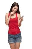Lectura feliz sonriente de la mujer SMS Imágenes de archivo libres de regalías