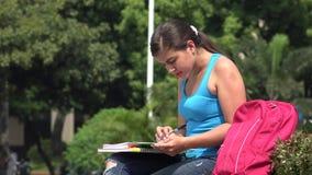 Lectura femenina del estudiante universitario almacen de metraje de vídeo