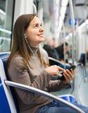 Lectura femenina del passanger de la pantalla del teléfono móvil imagen de archivo libre de regalías