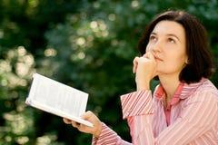Lectura femenina en parque Imagen de archivo libre de regalías