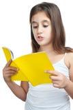 Lectura hispánica de la muchacha aislada en blanco Fotos de archivo