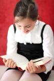 Lectura interesante - muchacha que lee un libro Foto de archivo libre de regalías