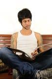 Lectura joven del hombre del latino Imágenes de archivo libres de regalías
