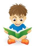 Lectura joven feliz del muchacho Foto de archivo