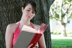 Lectura linda de la muchacha Foto de archivo libre de regalías