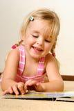 Lectura linda del niño Imágenes de archivo libres de regalías