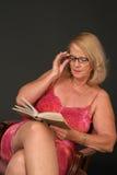 Lectura madura de la señora Imágenes de archivo libres de regalías